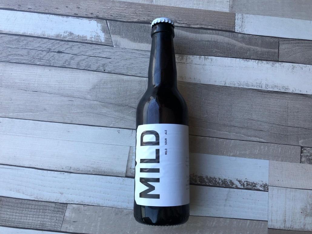"""Mild  Herkomst: Purmerend, Nederland  Een milde sour met de kleur van een witbier. Heerlijk fris en zoals de naam het al aangeeft """"mild sour ale"""" is het zuurtje niet overheersend. Een fris en romig bier waarbij het zuurtje vooral in de afdronk subtiel aanwezig. Mild is afkomstig van Berging brouwerij uit Purmerend. Een brouwerij dat ooit letterlijk in de berging is begonnen en nu uitgegroeid is tot een serieuze brouwerij met landelijk verkooppunten. Een breed assortiment waarbij ook graag wordt geëxperimenteerd met verschillende bierstijlen.  Alcoholpercentage: 5%  Advies serveertemperatuur: 4 à 5 graden."""