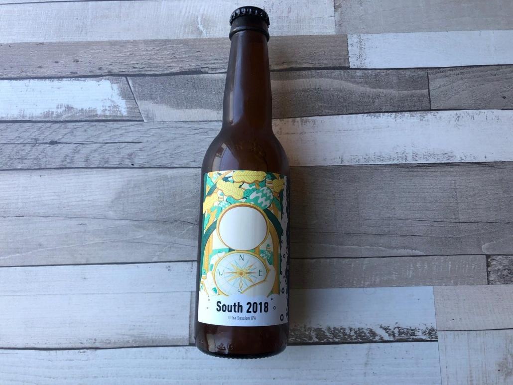 South 2018  Herkomst: Breda, Nederland  Troebele ultra session IPA met de kleur van troebel geel. Het bier ruikt erg fruitig en smaakt, zoals je van een India Pale Ale gewend bent, zeer bitter. Daarnaast is het bier qua smaak ook fris en licht zuur. Deze session IPA is zeer lag in de alcohol. Een heerlijk speciaalbier om in de zon van te genieten. South 2018 is afkomstig van Brouwerij Frontaal. Een brouwerij uit Breda dat is opgericht in 2015. South 2018 komt uit de Kompasserie van deze brouwerij.  Alcoholpercentage: 2,8%  Advies serveertemperatuur: 5 graden.