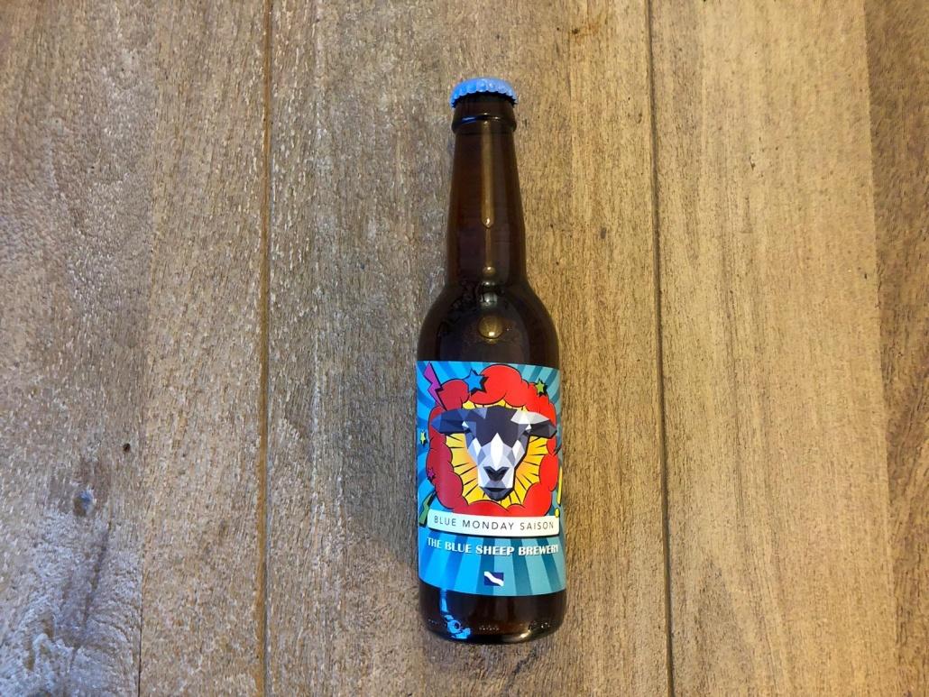 Blue Monday Saison  Herkomst: Hengelo, Nederland  Appelgeurig en helder goudkleurig speciaalbier. Een saison met wrange smaak waarin je ook weer de smaak appel in terugvindt. Een droog bier met een laag koolzuurgehalte wat ervoor zorgt dat het bier makkelijk wegdrinkt. Blue Monday Saison is afkomstig van The Blue Sheep Brewery uit Hengelo. Dit bier is gebrouwen om juist van het blue Monday gevoel af te komen. Een goed excuus om dus op maandag een biertje open te trekken! The Blue Sheep Brewery is opgericht door twee zwagers in 2017 en heeft inmiddels vier verschillende speciaalbieren. Ieder bier ontstaat thuis in een ketel en wordt vervolgens op grotere schaal gebrouwen. De ketel thuis wordt nog wekelijks gebruikt om tot nieuwe ideeën te komen. Benieuwd wat we in de toekomst nog kunnen verwachten van deze jongens.  Alcoholpercentage: 6,2%