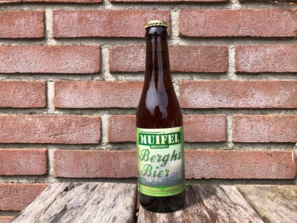 Berghs bier  Herkomst: Oss, Nederland  Een helder amberkleurig speciaalbier met een fijne schuimkraag. Kruidnagel ontdek je in de neus zodra je met je neus boven het glas hangt. Kruidig in de mond met een volle smaak die neigt naar kaneel. Daarnaast herken je ook de sinaasappel en heel subtiel cacao in het bier. De afdronk is droog. Berghs bier is afkomstig van de Muifel brouwerij uit Oss. De brouwerij uit Oss brouwt ook bieren in opdracht van anderen. Dus heb je bijvoorbeeld een eigen kroeg, vereniging of andere exploitatie, dan kun je in overleg met de brouwerij zelf een bier (laten) brouwen. Berghs bier bevat een alcoholpercentage van 6,5%. Advies serveertemperatuur: 7 à 8 graden.  Alcoholpercentage: 6,5%