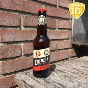 """Dublin Pale Ale  Herkomst: Dublin, Ierland  Helder koperkleurig speciaalbier met fijne schuimkraag. Gebalanceerde smaak zonder echte uitschieters. De geur van hout en mout. Een fijne dorstlesser waarvan je er wel meerdere achter elkaar op kunt. Deze Dublin Pale Ale is afkomstig van Irish Town Brewign uit Dublin. Een brouwerij met op dit moment twee bieren waarvan de andere ook al eerder verzonden is in een bierabonnement van Hellobier. Op beide etiketten van de bieren staat een dame. Hier heeft de brouwer bewust voor gekozen omdat deze dames doen denken aan de tijd dat je in Ierland """"maar"""" twee Sessions bieren mocht drinken tijdens je werkdag. Dit zijn bieren die lager in de alcohol zijn waardoor je niet te dronken werd tijdens het werk. Bij dit bier zal dat ook minder snel gebeuren gezien het alcoholpercentage.  Alcoholpercentage: 4,4%"""