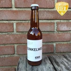 """Dunkelweizen  Herkomst: Purmerend, Nederland  Helder koperkleurige donker weizen. Zeer zacht van smaak met een fijne tint van kaneel. Koolzuur is nauwelijks te ontdekken waardoor dit bier makkelijk wegdrinkt. Dunkelweizen is afkomstig van Berging brouwerij uit Purmerend. Deze brouwerij voert een vast assortiment onder de noemer """"B-serie"""" en met een wit etiket, een infused assortiment met een zwart etiket en daarnaast nog seizoensbieren met wit etiket en meerdere letters of een woord. Dunkelweizen valt onder de laatste categorie.   Alcoholpercentage: 5,6%"""