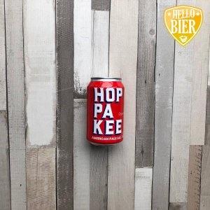 Hoppakee HERKOMST: TILBURG, NEDERLAND  Mistig goud gele American Pale Ale met stevige schuimkraag. Fris in de neus en mond door het gebruik van Citra hop. De hop zorgt voor zowel citroen frisse smaak in combinatie met de subtiele hopbitterheid. De bierstijl IPA is bekender onder de bierliefhebbers. De historie van deze bierstijl