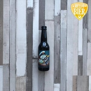 meerlap  Herkomst: Gorinchem, Nederland  Koffiezwart bier met beige schuimkraag. Vol van smaak met een stevige body waarin je tonen van drop, chocade en laurier herkent. Deze tonen zijn ook te herkennen in de geur. Smeerlap is afkomstig van brouwerij de Kaper uit Gorinchem. Opgericht in 2017 na jarenlang in de keuken het brouwproces geleerd door middel van hobbybrouwen. Een onafhankelijk microbrouwerij gerund door 2 mannen met een muziekverleden. Beide mannen hebben in een band gezeten en nu delen ze de passie voor speciaalbier. Smeerlap is een Milkstout die zacht in de mond voelt en eveneens een zachte afdronk heeft.