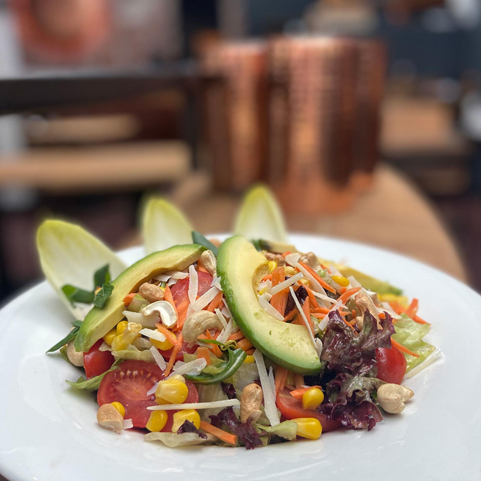 Fitness-Salat mit Hähnchenspießen