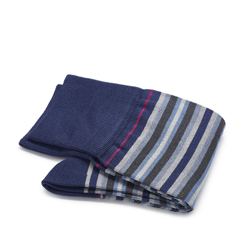 Blaue mit graue gestreifte Socken