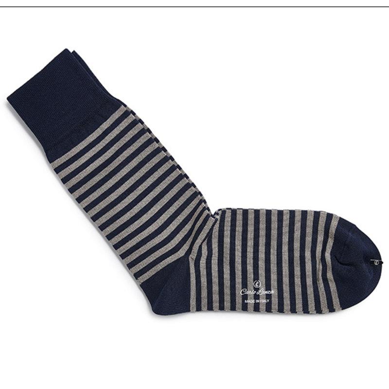 Dunkelblaue gestreifte Socken