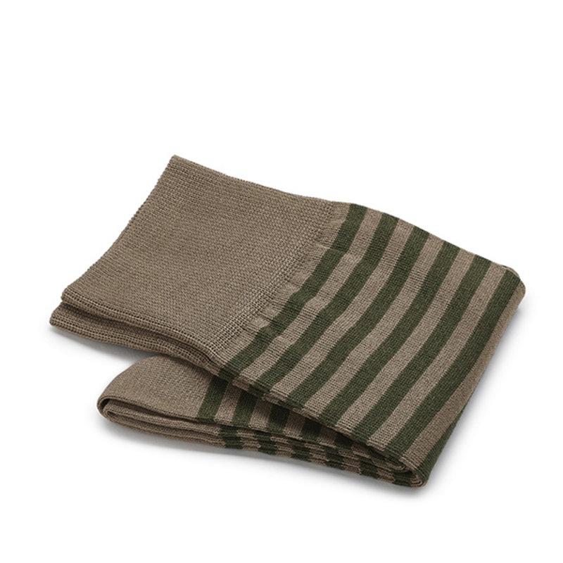 Olivgrüne gestreifte Socken