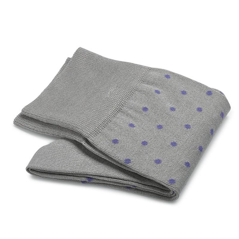 Hellgraue gepunktete Socken