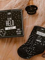 100%LEUK 100%Leuk - kleine held op sokken