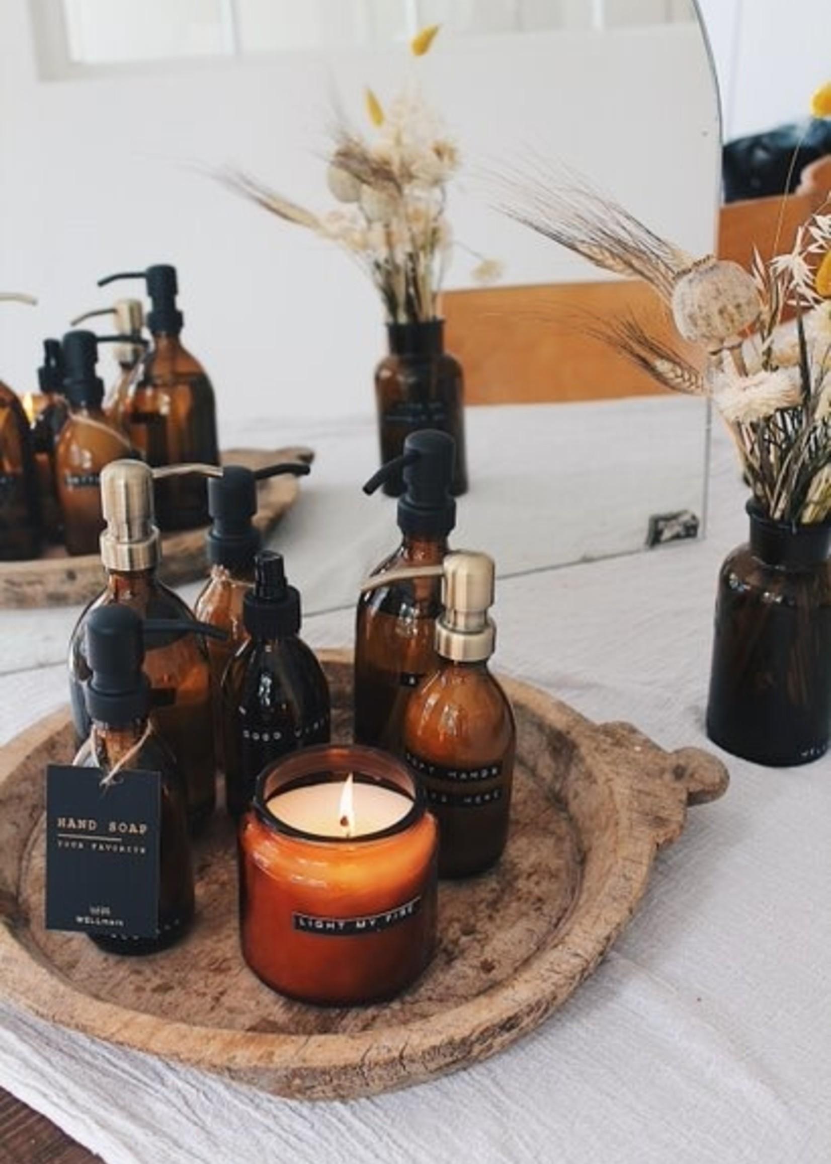 WELLmark WELLmark - Grote geurkaars cedarwood bruin glas - 'let's get cozy'
