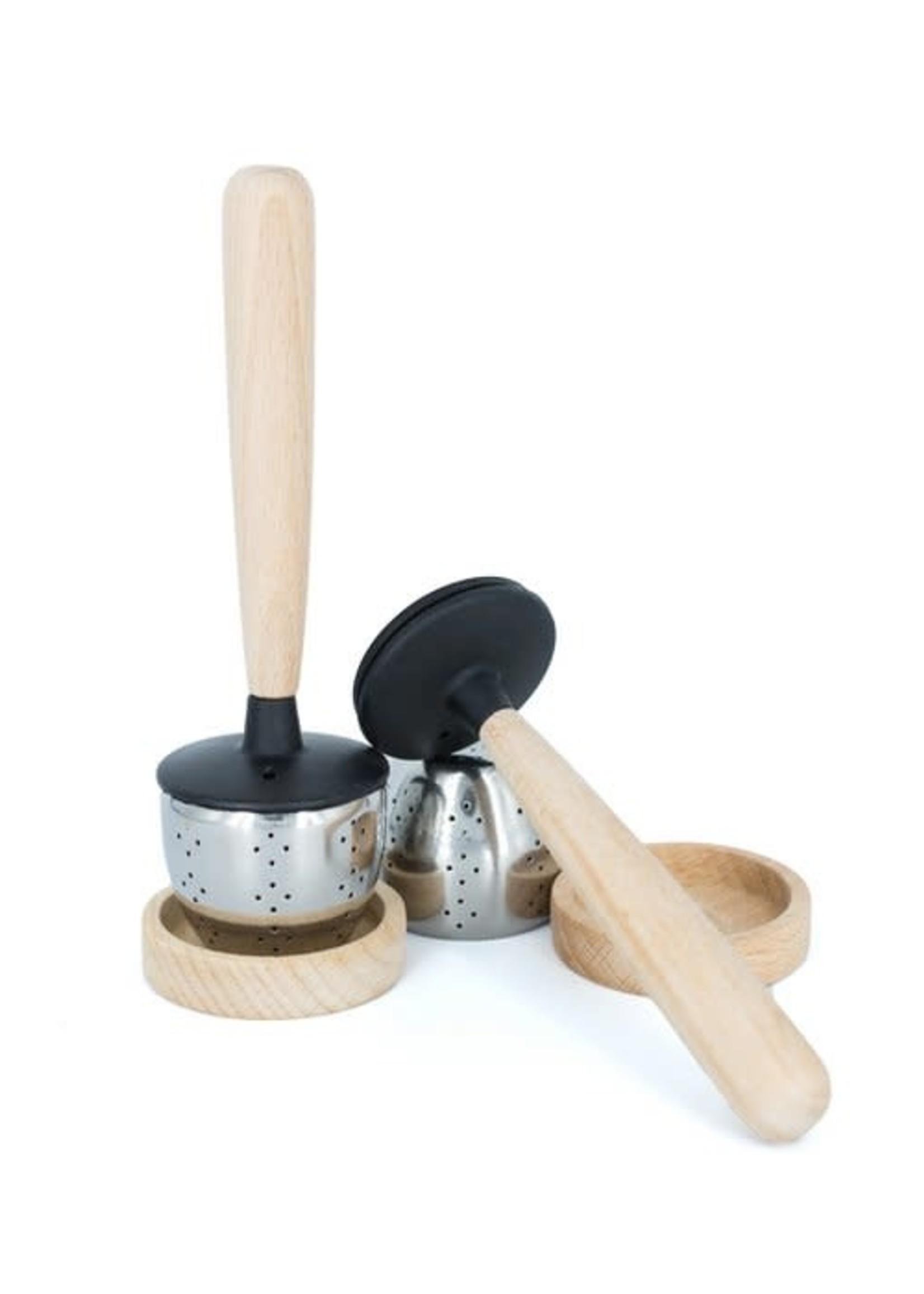 Thee zeefje met houten handvat