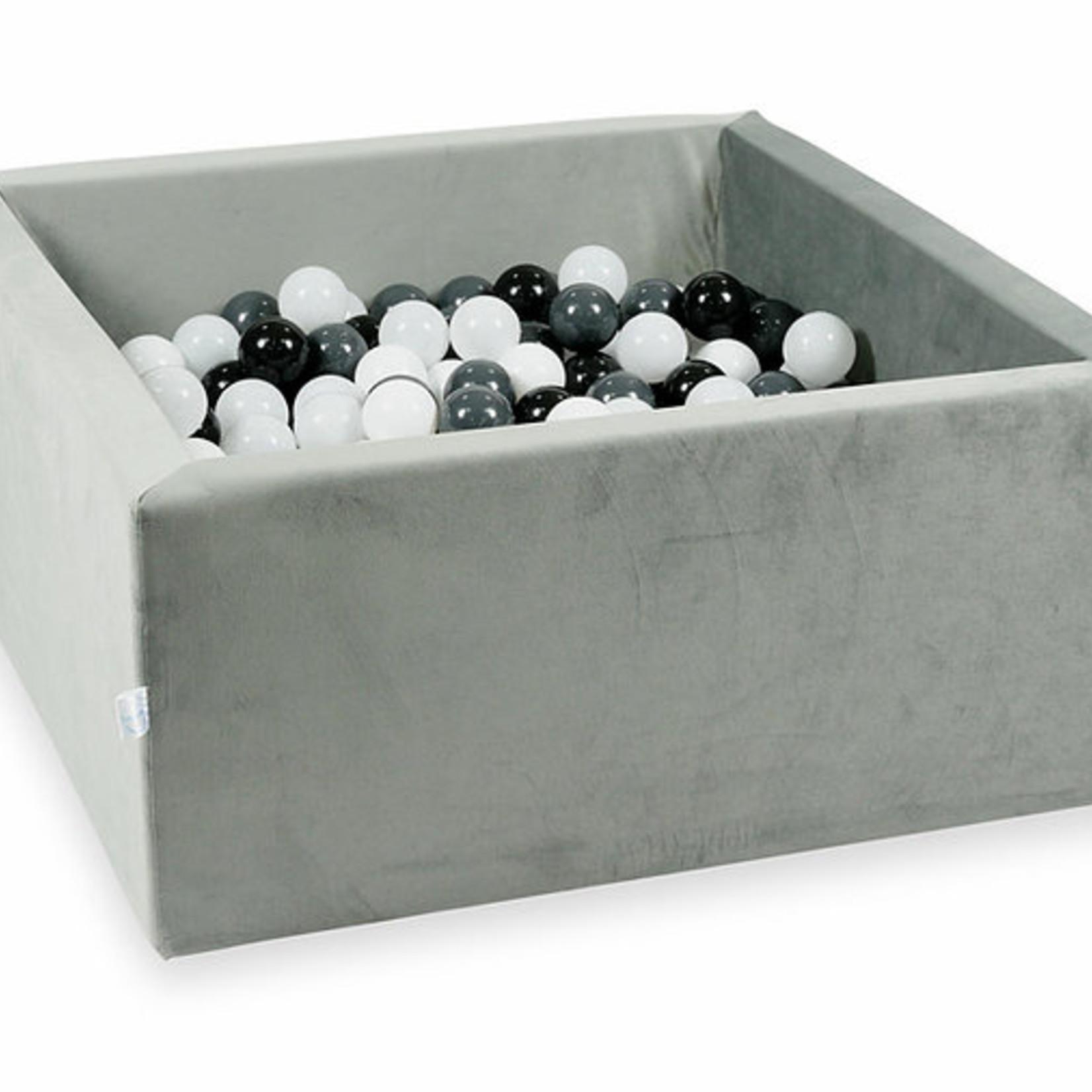Moje. Moje. Ballenbad velvet licht grijs vierkant
