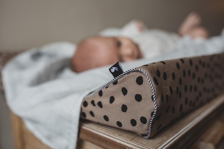 Mies & co aankleedkussenhoes bold dots dark brown-2