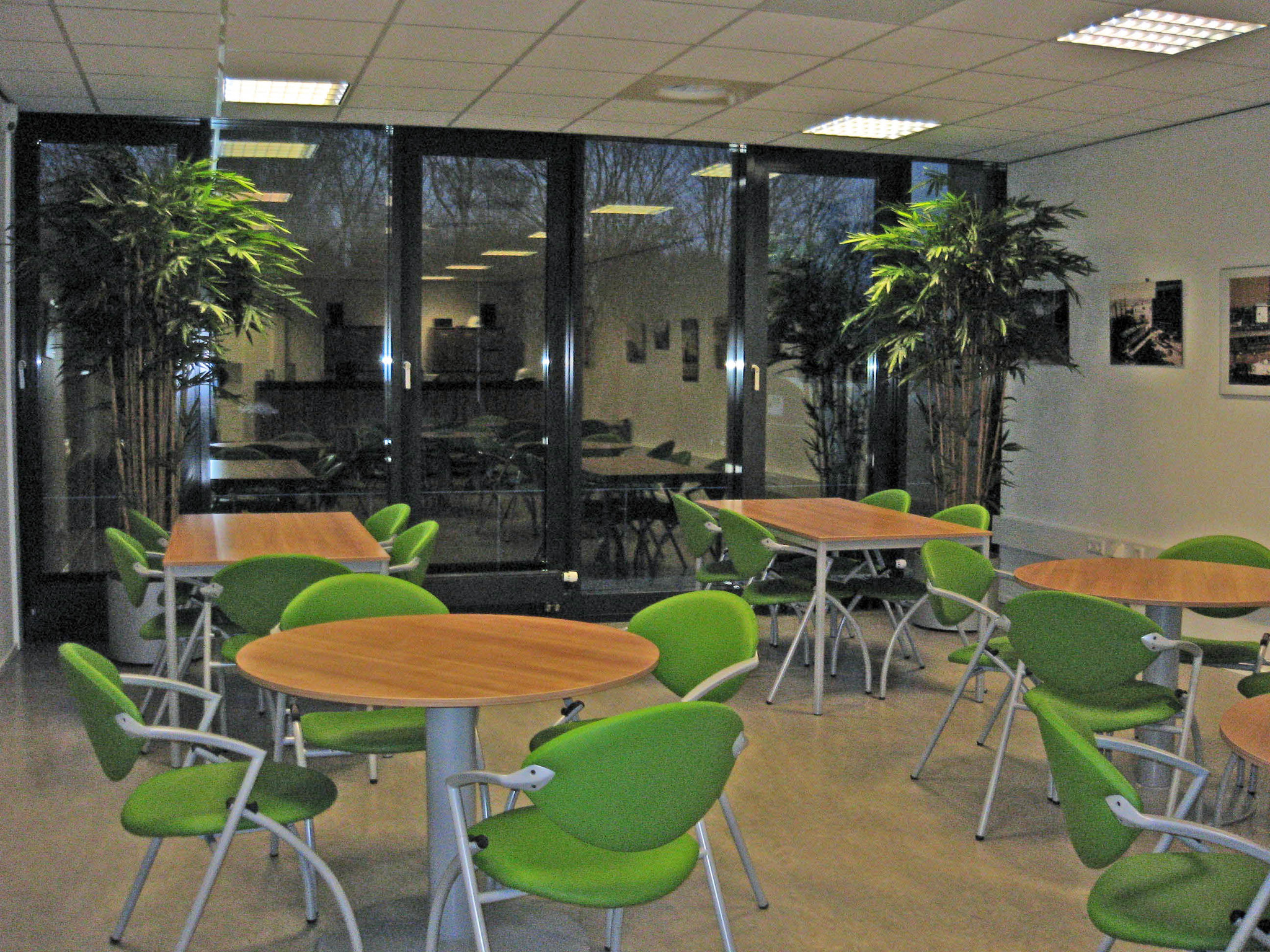 Kunstplanten.nl project Bamboe in Parel wit aluminium KEMA kantine bedrijfslab
