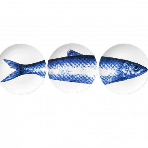 3 assiettes avec un poisson