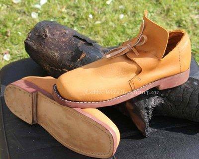 Zapatos del siglo XVI y XVIII