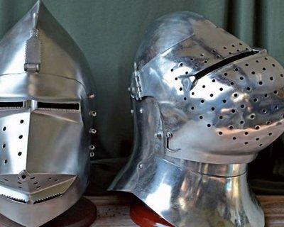 Battle-ready bascinets i forskellige stilarter
