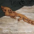 Drago vichingo in legno che sembra a sinistra