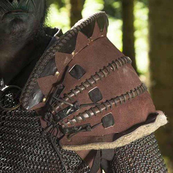 Epic Armoury Leren Ork schouderpantser Uzgush, bruin