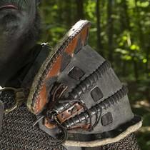 Epic Armoury Leren Ork schouderpantser Uzgush, zwart