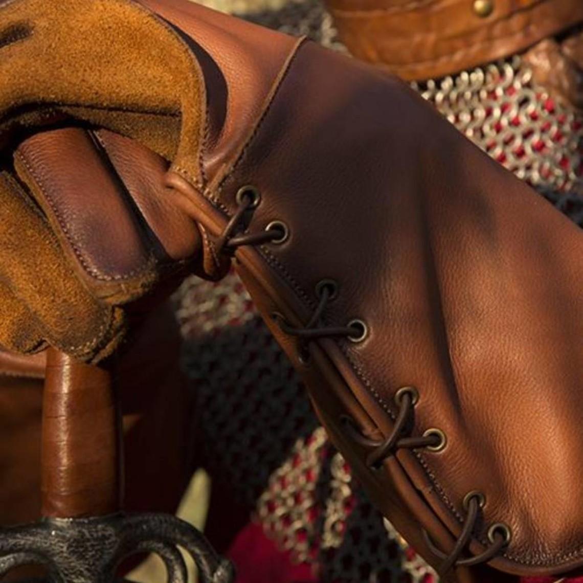 Epic Armoury Guantes medievales de cuero marrón.