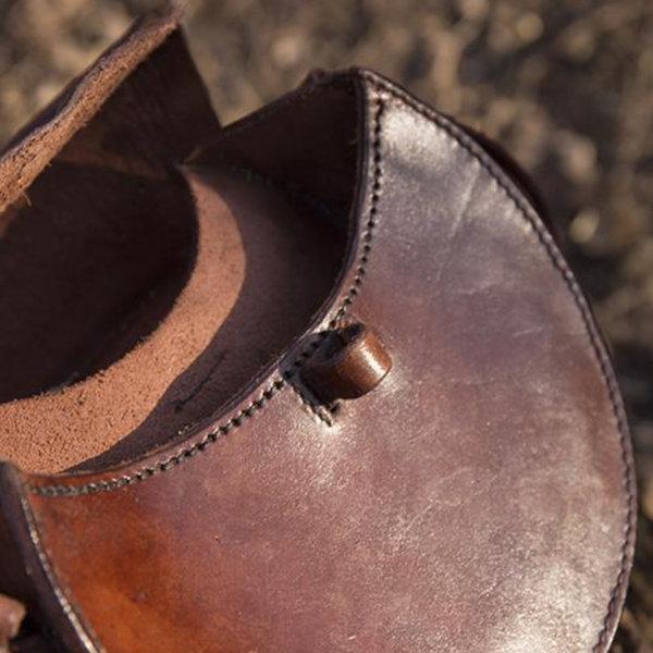 Epic Armoury Rund läderväska, brun