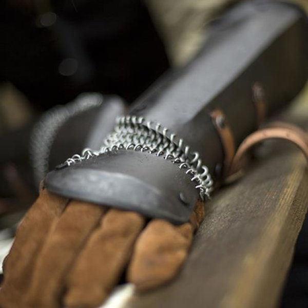 Epic Armoury Vambraces med chainmail, patineret