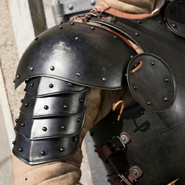 Epic Armoury Schulterstück mit Rondellen patiniert