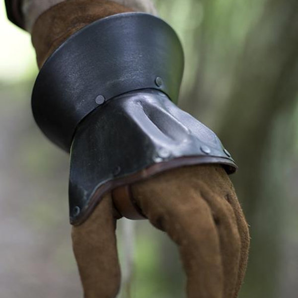 Epic Armoury Timeglasformede halve gauntlets Nurnberg, patinerede