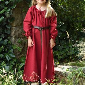Kinder kleiden Matilda, rot