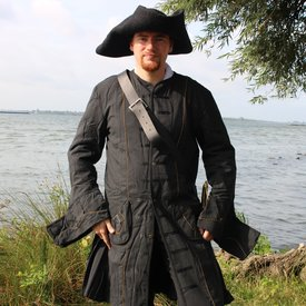 Leonardo Carbone Capa de pirata siglo 17, negro