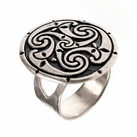 Celtic ring med triskelionen, försilvrad