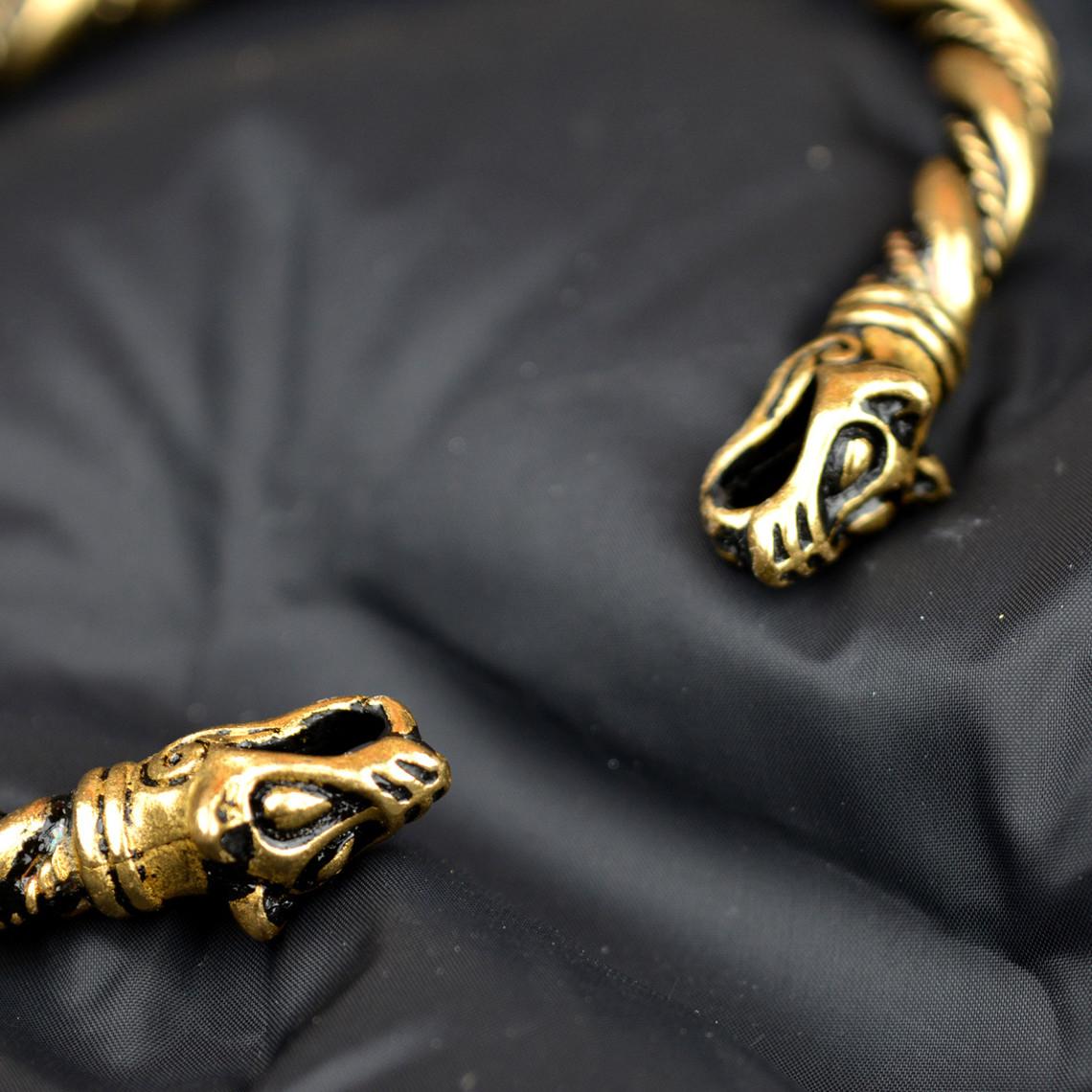 pulsera de vikingo con cabezas de lobo