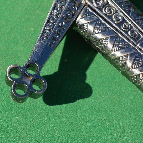 Short sword with honeycomb motive