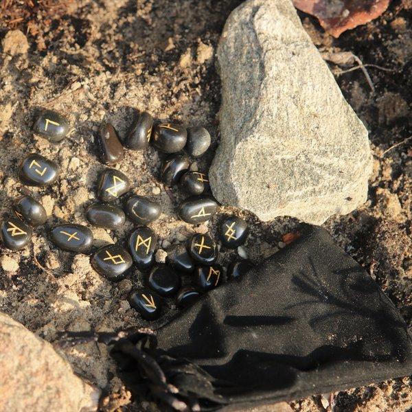 Windlass Steelcrafts Set 25 runenstenen obsidiaan met leren zakje
