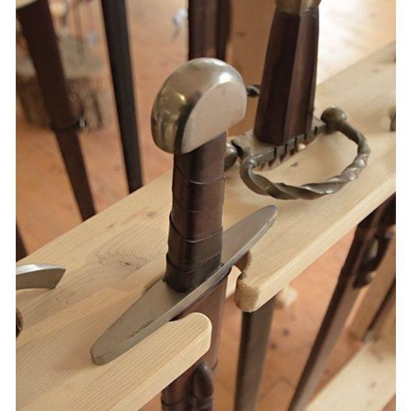 suporte de madeira para espadas e armas de haste