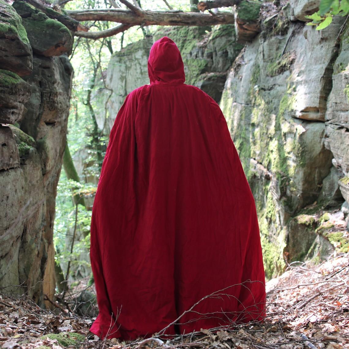 Leonardo Carbone Capa de terciopelo con forro rojo