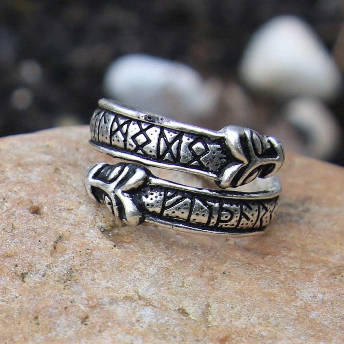 Rung ring med varghuvuden, försilvrade brons
