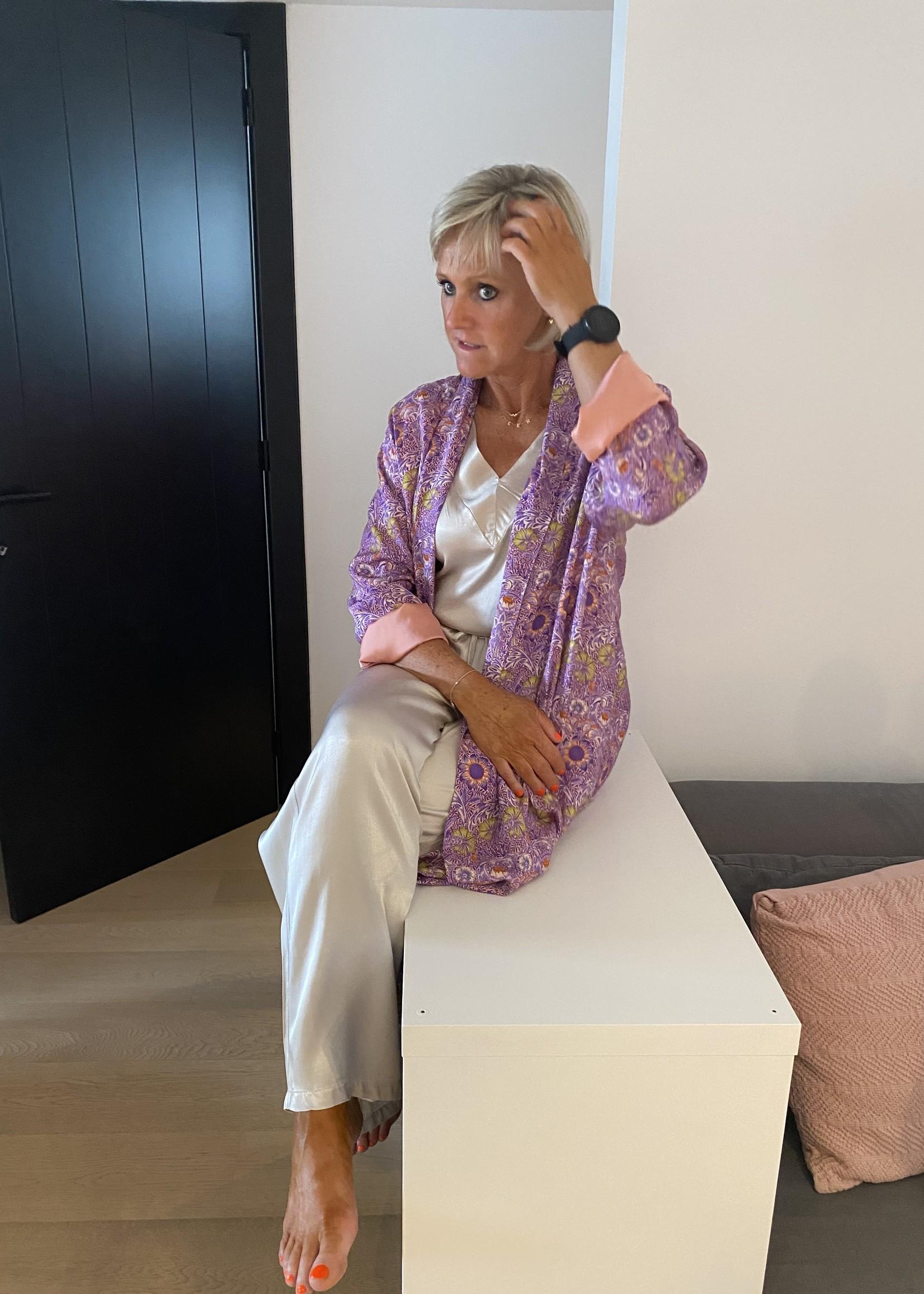 Love Topje van onze comfysuit in het beige/grijs
