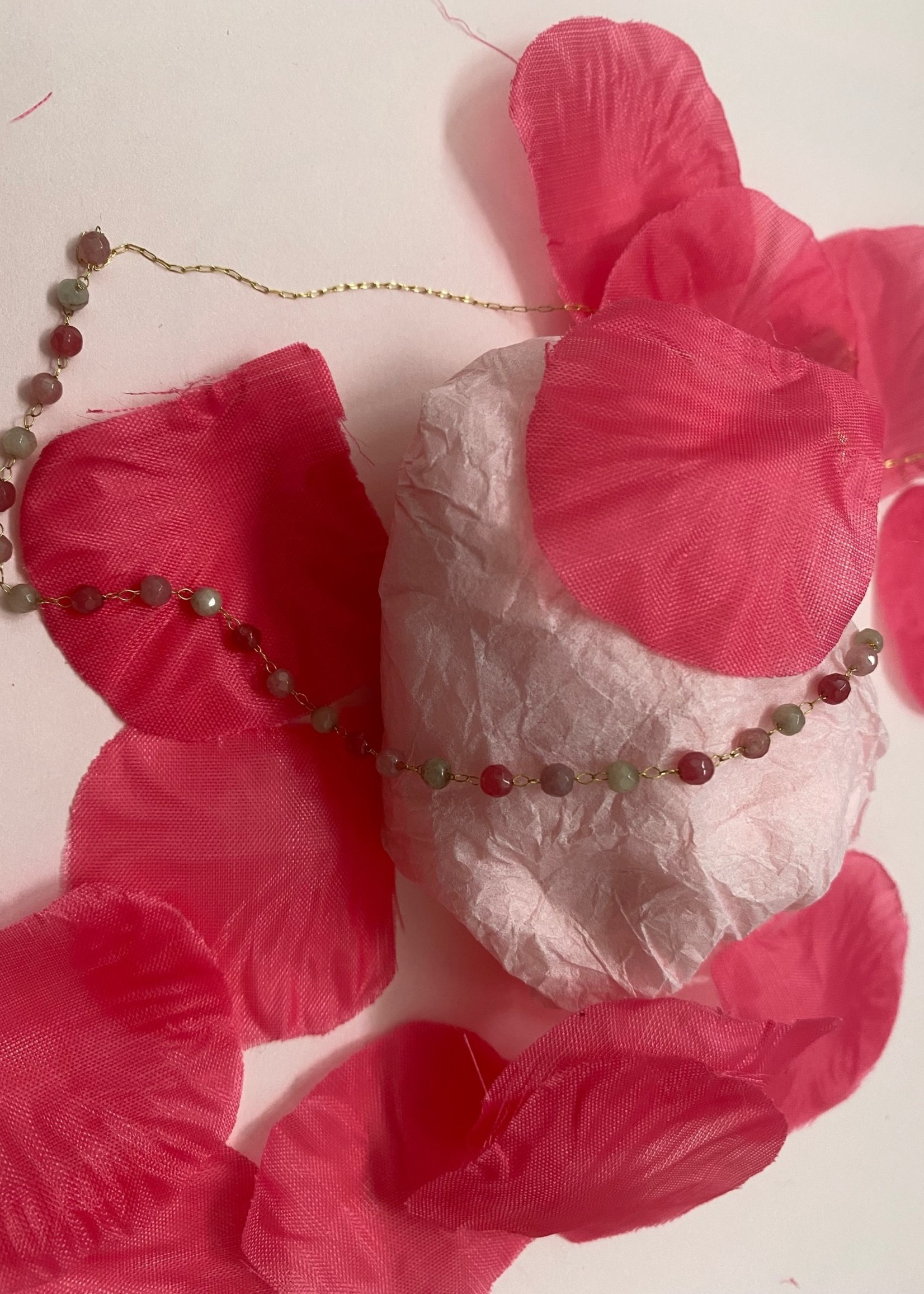 ketting met roze bolletjes