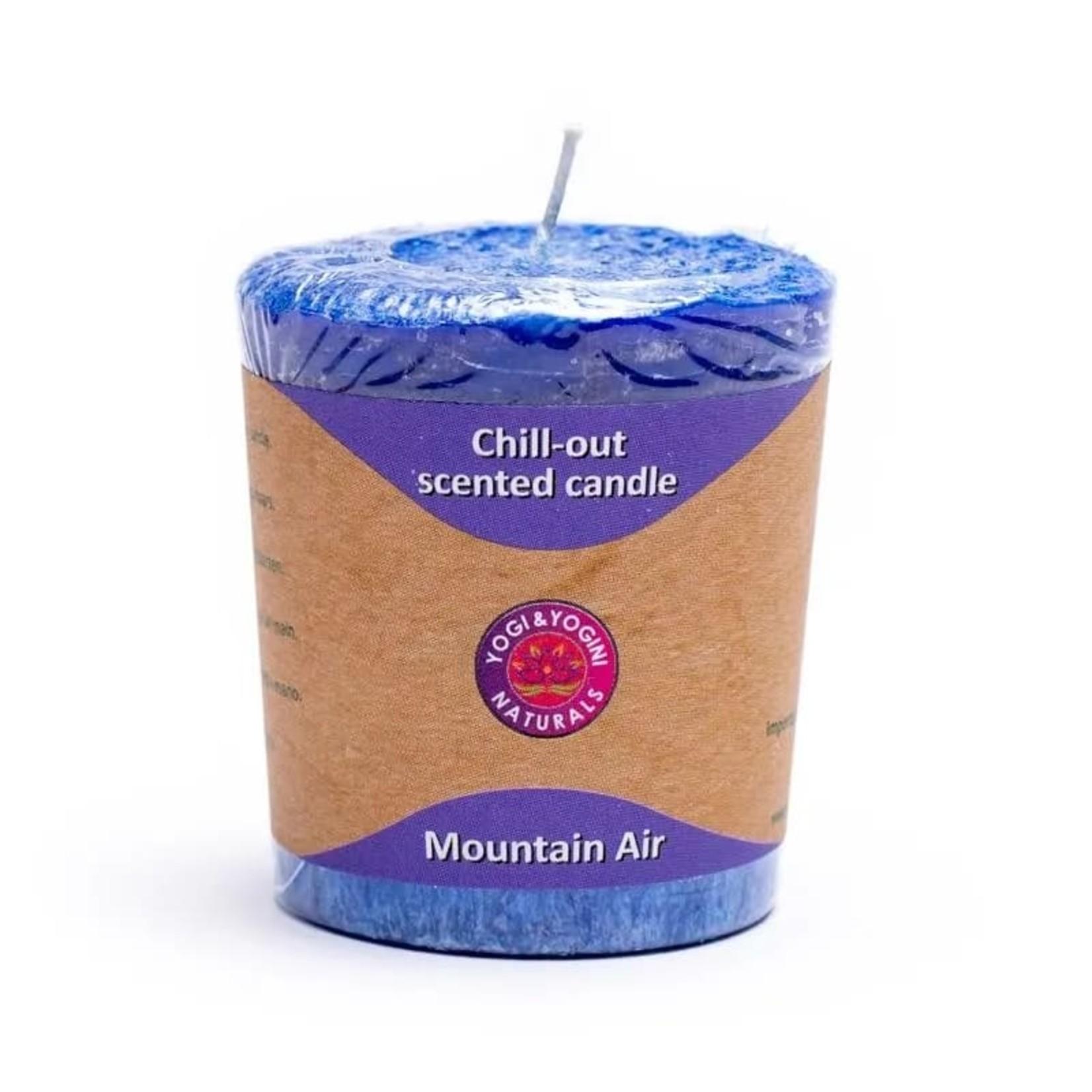 Yogi & yogini naturals Geurkaarsje Mountain Air met sandelhout, ceder en rozemarijn.