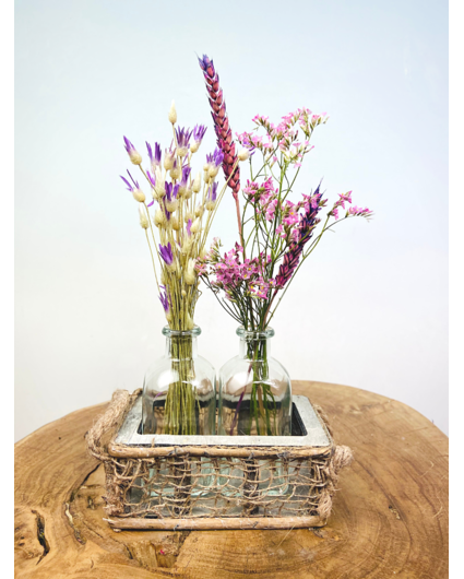 Rekje met twee vaasjes droogbloemen
