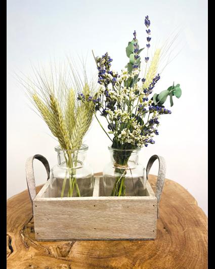 Houten rekje met vaasjes en droogbloemen