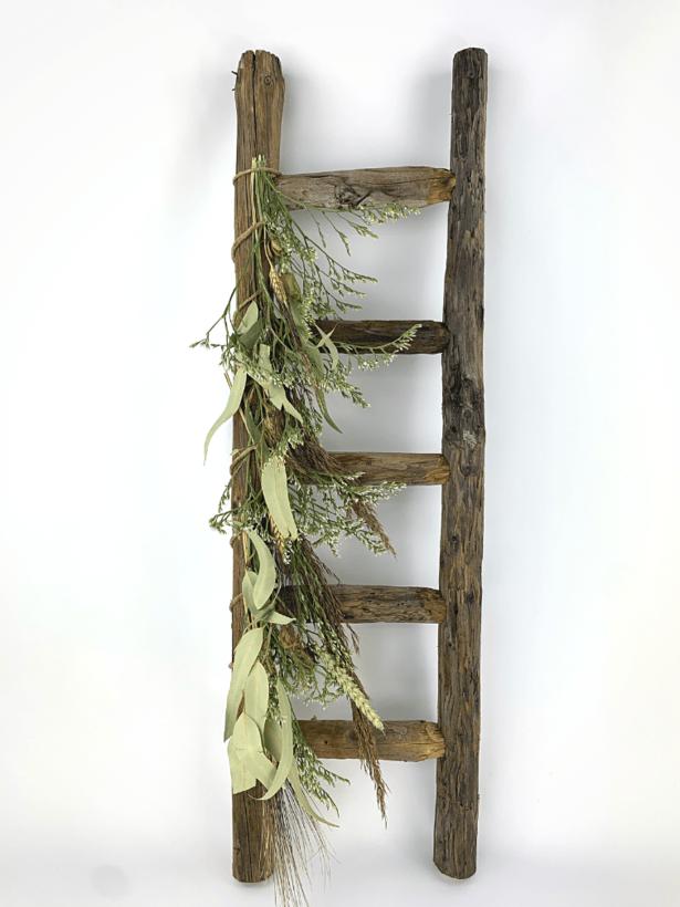 Droogbloemen op ladder