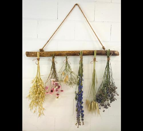 Houten stok met toefjes droogbloemen