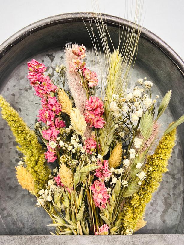 Zinken wandbak met roze droogbloemen