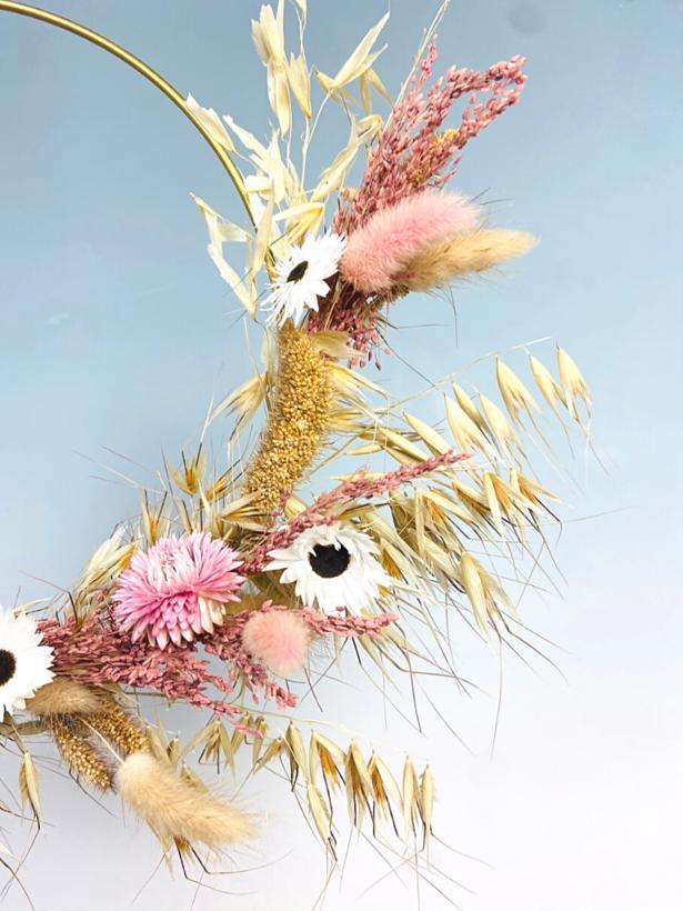 Gouden hoepel met droogbloemen