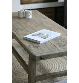Oude houten robuuste salontafel