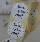 Ronde sticker Hoera, je bent jarig!, wit, 10st